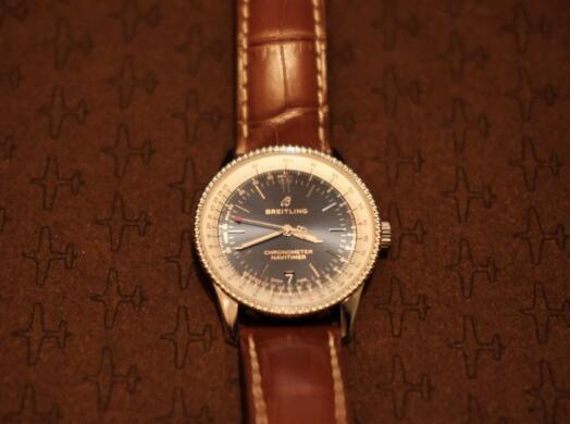 The brown leather strap makes the whole watch very mild and warm.