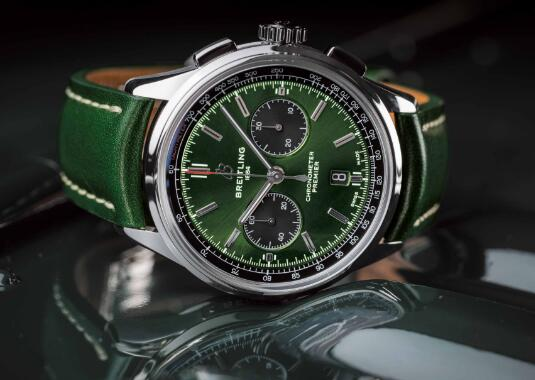 The green dial endows the timepiece the unique taste and tone.