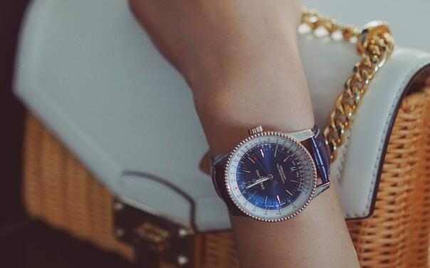This Breitling Navitimer has met all the requirements of modern women.