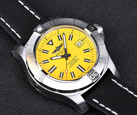The yellow dial endows the timepiece with recognizable appearance.
