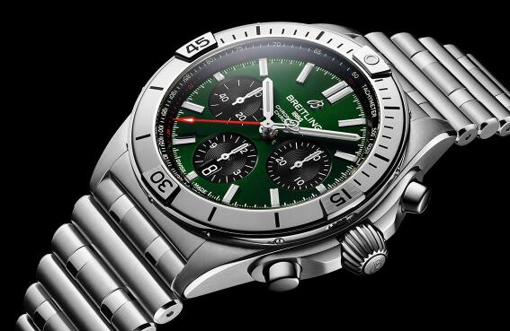 The green dial makes the timepiece more eye-catching.