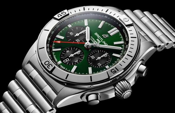 The green dial endows the timepiece with eye-catching appearance.
